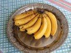 Fruto da Bananeira (Pseudobaga), planta herbácia, apesar do seu porte não é uma árvore. Sua origem sudeste da Ásia, cultivada em 130 países, sendo o quarto produto alimentar mais produzido no mundo. </br></br> Palavra-chaves: banana, fruto, planta, Ásia, mundo, planta, biodiversidade.