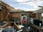 A palavra tornado veio da palavra espanhola Tornada, que significa tempestade. Tornados geralmente tem um tempo de vida de alguns minutos e raramente duram mais do que uma hora, e são menores que os furacões. É um fenômeno caracterizado por ventos ciclônicos que giram com uma velocidade muito grande em volta de um centro de baixa pressão. Ele ocorre com a chegada de frentes frias, em regiões onde o ar está mais quente e instável. A imagem mostra moradora de Millbury, no estado americano de Ohio. Sua casa foi destruída por um tornado que aconteceu no início de junho de 2010. <br /><br /> Palavras-chave: tornado, desastres naturais, tempestade, meteorologia.
