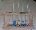 Tubo de ensaio é um recipiente usado para efetuar reações químicas de pequena escala com pequenas quantidades de reagentes de cada vez. <br /><br /> Palavras-chave: laboratório, vidraria, tubo de ensaio.