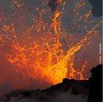 """O Kīlauea é um vulcão localizado no Parque Nacional de Vulcões do Havaí, nos Estados Unidos. Em havaiano, a palavra """"kilauea"""" significa """"cuspindo"""" ou então """"espalhado"""", em referência às recorrentes descargas de lava deste. <br /><br /> Palavras-chave: Kilauea, vulcão, lava."""
