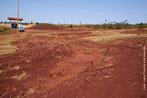A erosão é um processo que faz com que as partículas do solo sejam desprendidas e transportadas pela água, vento ou pelas atividades do homem. O controle da erosão é fundamental para a preservação do meio ambiente, pois o processo erosivo faz com que o solo perca suas propriedades nutritivas, impossibilitando o crescimento de vegetação no terreno atingido e causando sério desequilíbrio ecológico. <br /><br /> Palavras-chave: erosão, solo, desequilíbrio ecológico, meio ambiente.