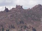 Ocorre quando o vento transporta partículas diminutas que se chocam contra rochas e se dividem em mais partículas que se chocam contra outras rochas. Podem ser vistas nos desertos na forma de dunas e de montanhas retangulares ou também em zonas relativamente secas. <br /><br /> Palavras-chave: erosão. eólica, vento.
