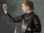 Marie Curie, nome assumido após o casamento por Maria Skłodowska, foi uma cientista polaca que exerceu a sua atividade profissional na França. Foi a primeira pessoa a ser laureada duas vezes com um Premio Nobel, de Física, em 1903 (dividido com seu marido, Pierre Curie, e Becquerel) pelas suas descobertas no campo da radioatividade (que naquela altura era ainda um fenomeno pouco conhecido) e com o Nobel de Química de 1911 pela descoberta dos elementos químicos rádio e polônio. Foi uma diretora de laboratório reconhecida pela sua competência. <br /><br /> Palavras-chave: Marie Curie, radioatividade, elementos químicos.