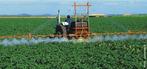 Para evitar que plantas cultivadas sejam atacadas por seres como insetos, fungos ou bactérias, muitas vezes é preciso recorrer a defensivos agrícolas. Se usados de forma inadequada, esses produtos podem poluir o solo e a água. <br /><br /> Palavras-chave: pulverização, defensivos agrícola, agrotóxicos.